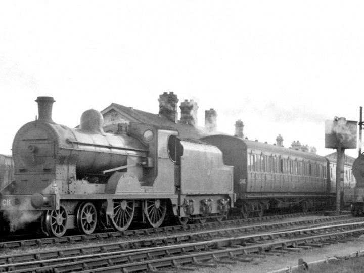 After October 1958: U class No.197 'Lough Neagh' with tender 43 at Dundalk on the relief to the  2:30pm Dublin to Belfast. No.86 'Peregrine' (with a UT transfer) waits to take over. (P. Mallon collection)