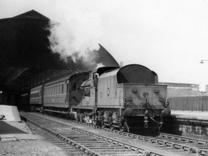 15/4/1962: U No.197 'Lough Neagh' and tender 43 at Westland Row with the 1:20pm special to Lansdowne Road.