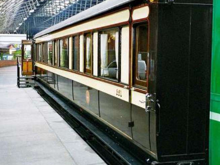The Heritage Railway Association 'Supreme Champion' award winning Irish State Coach on exhibit at Pearse station between 12/11/2001 and 2/12/2001 . (B. Pickup)