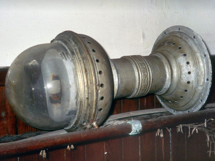 28/5/2006: One of 861's gas compartment lamps awaiting restoration. (R. Joanes)