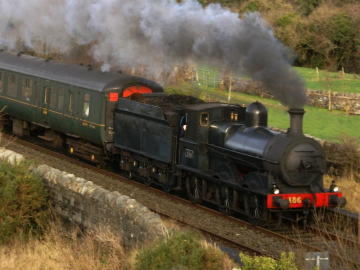 A fine shot of No.186 and 460 crossing Madden Bridge near Gilford, 30/12/2007.