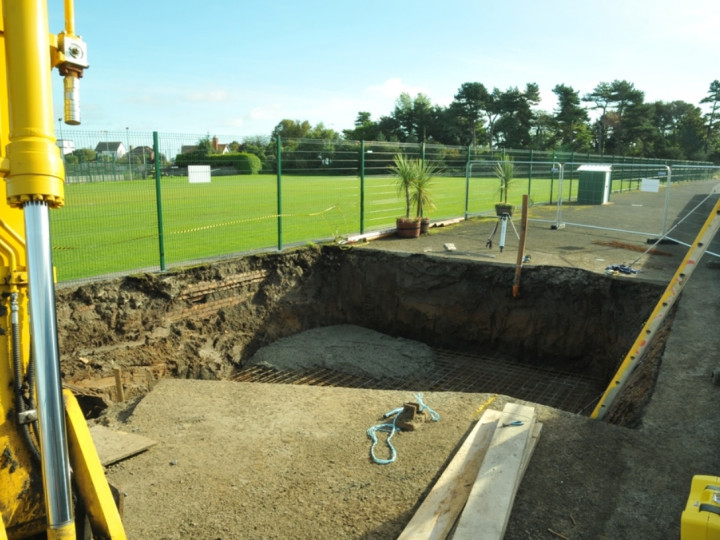 15/10/2015: The first concrete is poured for the foundations. (C.P. Friel)