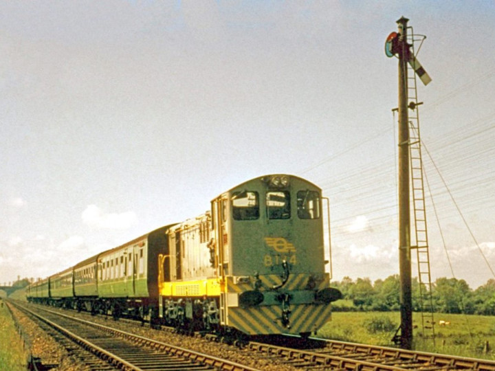21/05/1961: B134 approaches the Boilie signal cabin with a Dublin-Belfast train (D. FitzGerald)