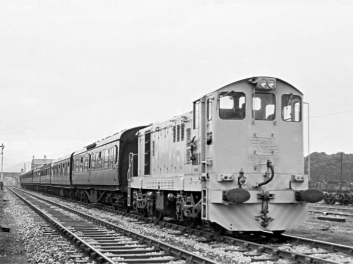 10/8/1961: B134 at Dundalk South signal cabin with a Belfast to Dublin passenger. (E.M. Patterson)