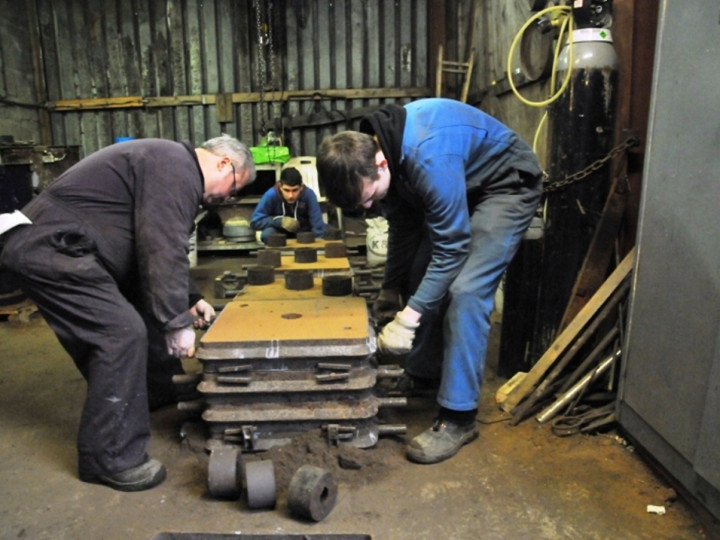 26/1/2015: HEI expert and apprentice putting the two halves together for No.85's brake block. (C.P. Friel)