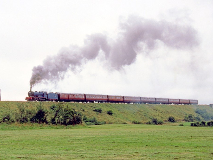 22/8/1987: 9 is the second carriage as No.85 restarts a nine-bogie Steam Enterprise from Newry - the foreground is now the bypass. (C.P. Friel)
