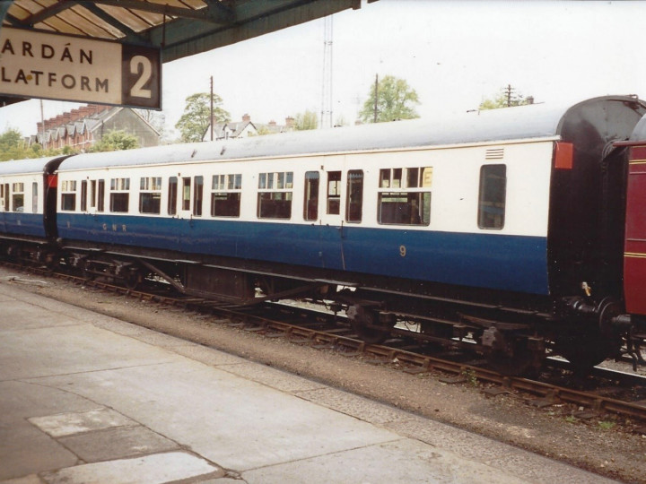 10/5/1993: 9 in GNRB railcar livery at Dundalk with the Sean Rí railtour. (S. Rafferty)